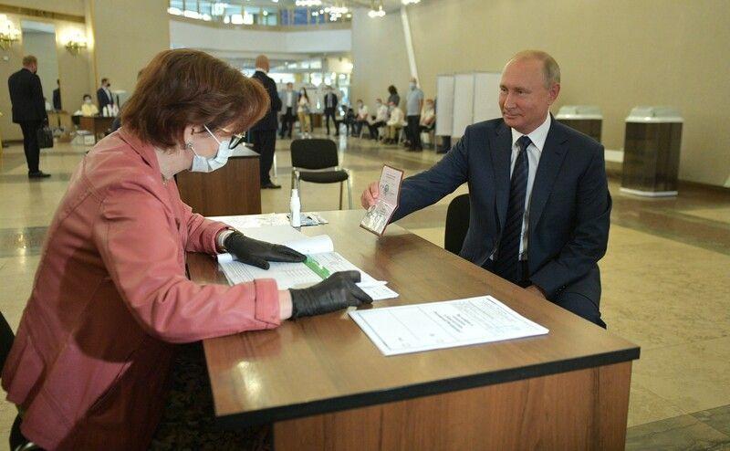Болдырев 10 путин голосует.jpg